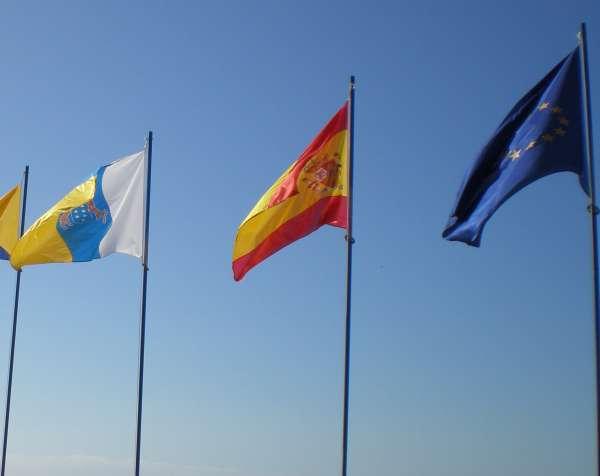 Von puerto rico links im bild die fahne der kanaren in der mitte