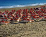 Verlassene Strandliegen Playa del Ingles.