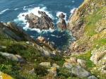 Blick an der Steilküste hinab ins Meer