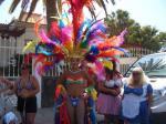 Teilnehmer der Gay Pride in den Farben des Regenbogens